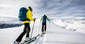 Deux personne qui font du ski de randonnée